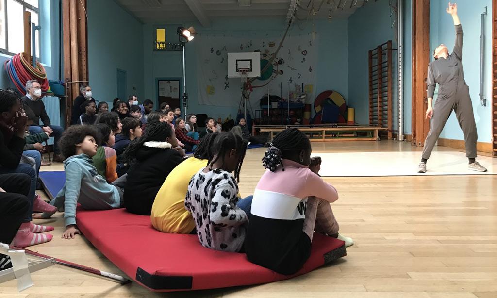 Kinder schauen einer Aufführung zu.