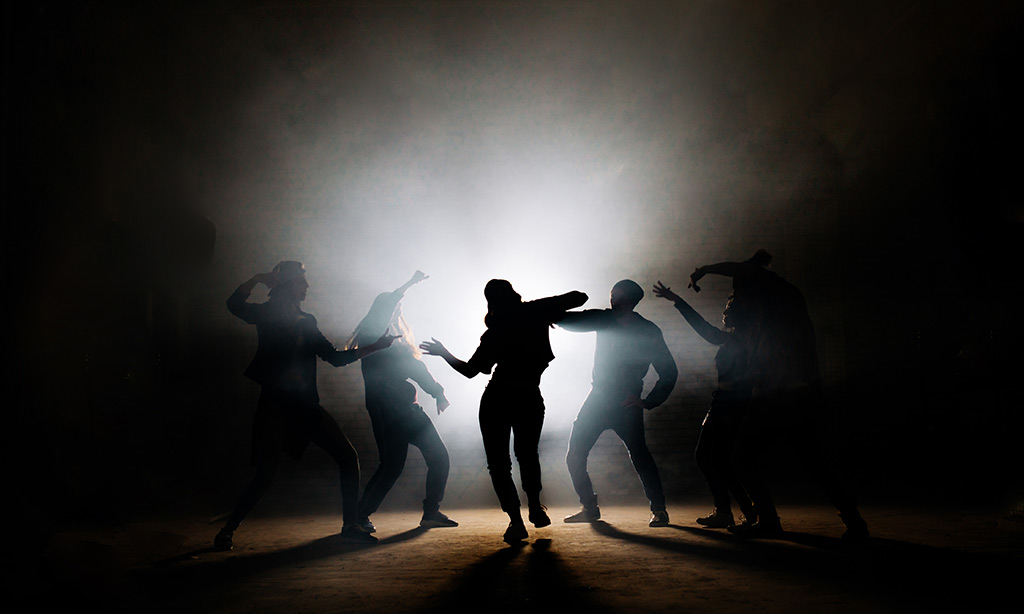 Im Nebel tanzen Personen.