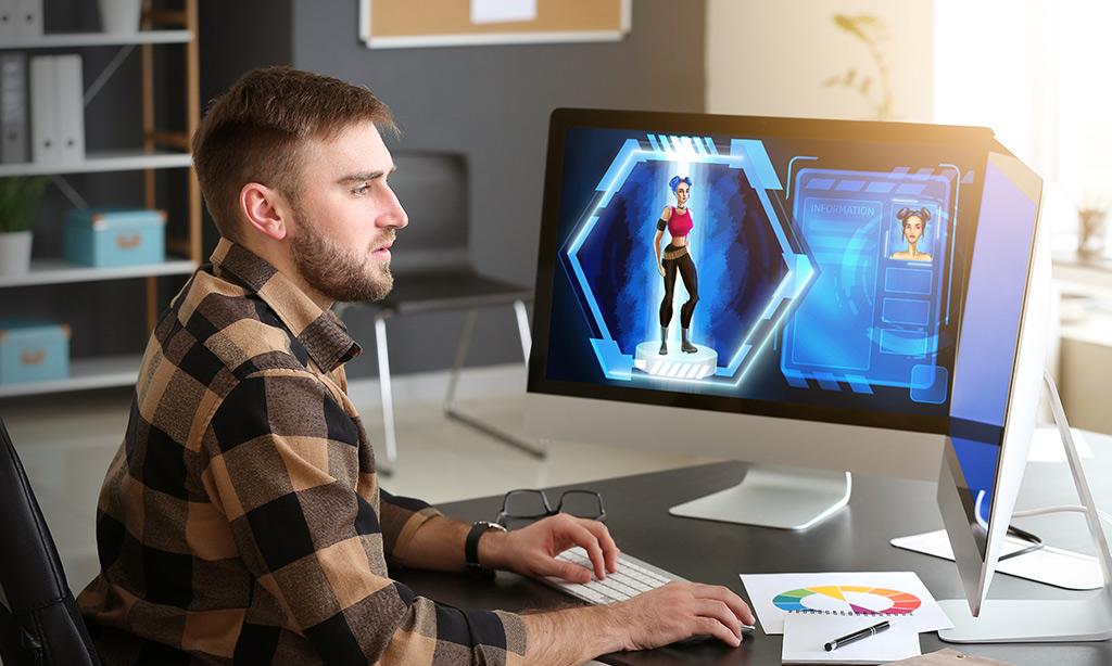 Ein Mann spielt am PC.