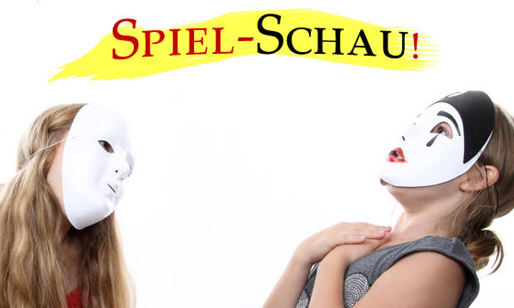 Zwei Frauen mit Masken vor dem Gesicht spielen Theater.