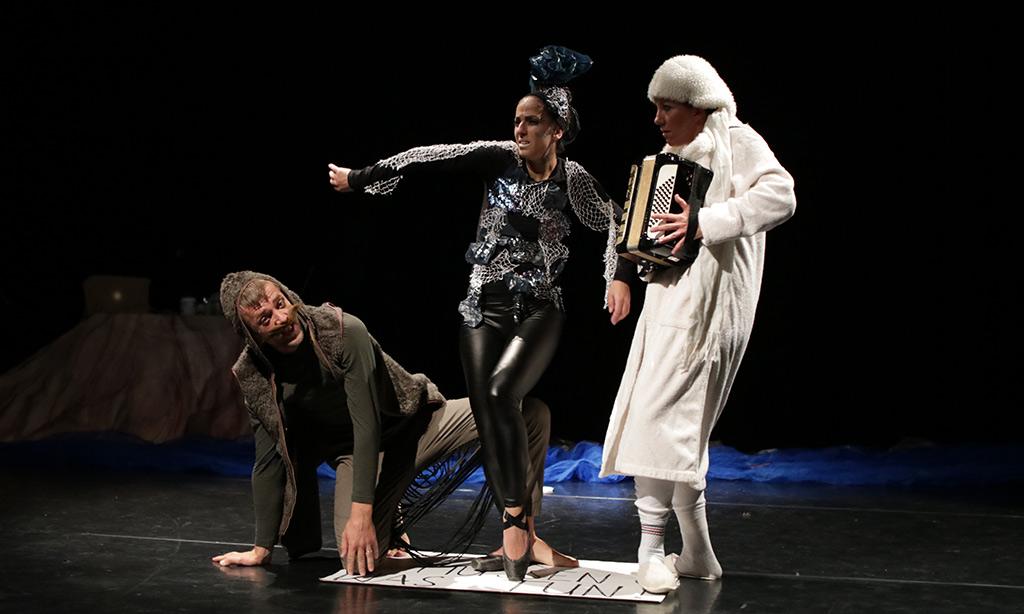 Drei Personen spielen Theater.