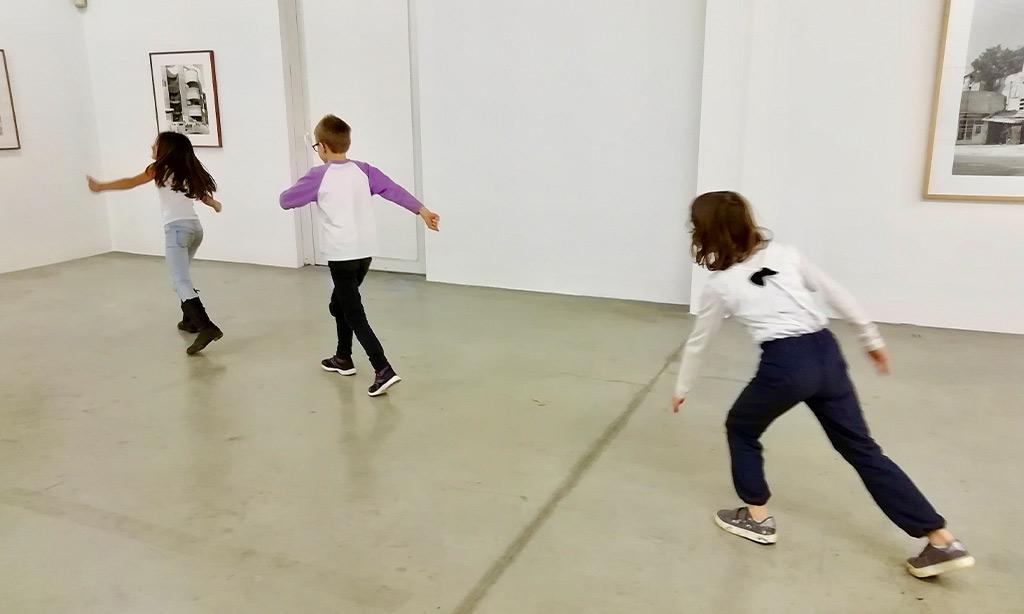 Kinder laufen durchs Museum